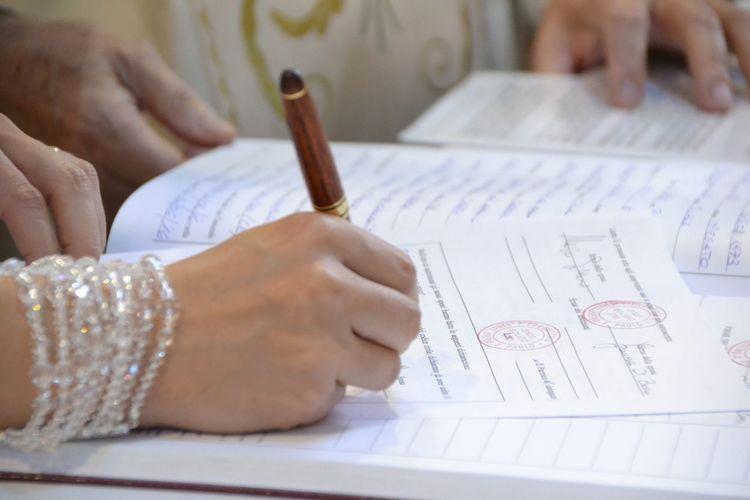 Book Person Human Finger Focus On Foreground Wedding Ceremony Wedding Day Wedding Photography Church Marking Books Marking Wedding Matrimonio