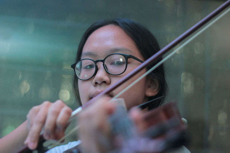 Portrait of woman playing violin
