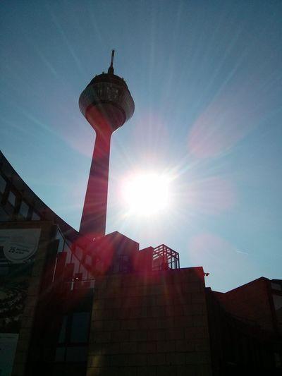 Mittwoch. Über dem Landtag geht die Sonne auf. Ganztags. Nofilter