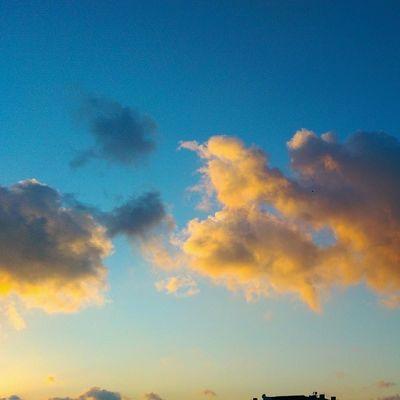 Bizim buralarda Gokyuzu yine bi Sarilacivert ki sorma... Sky Color cloud manzara nature istanbul sunset gunbatimi