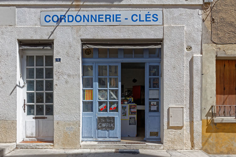 Je suis Charlie. Shoe repairing in Nyons. France. 2016 Cordonnerie Drôme Je Suis Charlie Shoe Repairing Built Structure Door Entrance Nyons