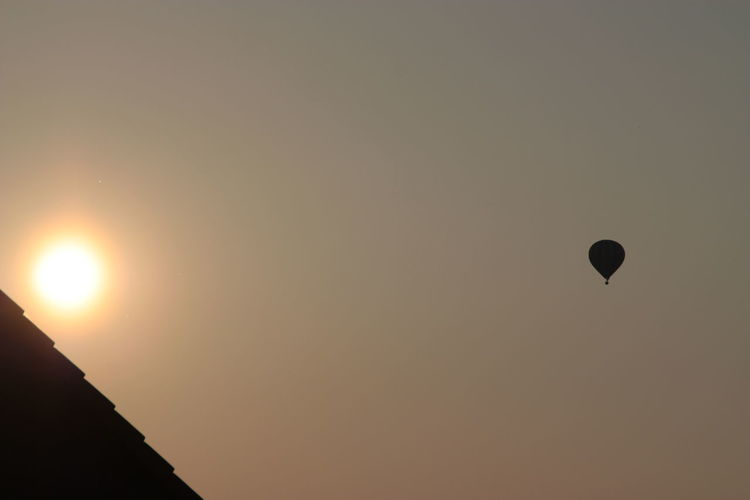 Silhouette Mid-air Sun Sunset Flying Sky Hot Air Balloon Outdoors Nature No People Day Balloon Sunlight Fog Dusty Air Dusty Atmosphere Discover Berlin An Eye For Travel The Graphic City Go Higher