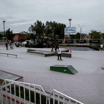 Sentados en la galería listos para el campeonato Monsterenergy de skate en Quilicura recorriendo Santiagoapie