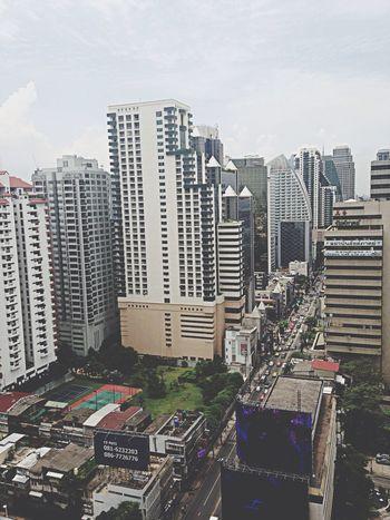 ตึกสูงเสียดฟ้าถนนที่มีแต่รถ..