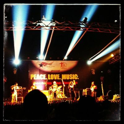 Loving the chill and the music. Peace Love Music Incrediblecalcutta rock