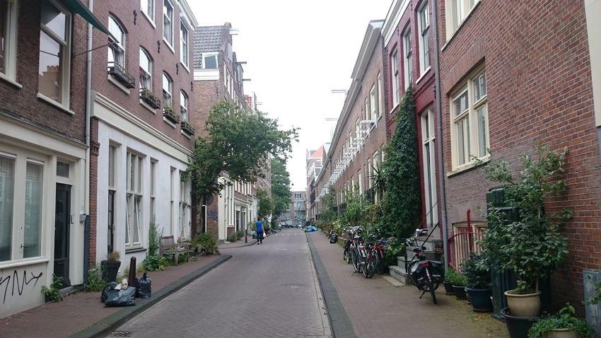 Paseando por una Calle del Barrio Judío en Amsterdam en Holanda