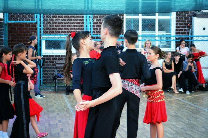 Togetherness Red Sport Competition Healthy Lifestyle Ballroom Dancing Dance Dancing Motion Arts Culture And Entertainment Outdoors Enjoyment Two People Leisure Activity Music Coach Dancer Young Women Young Adult Dance Floor Spanish Style People Teamwork Large Group Of People Performance