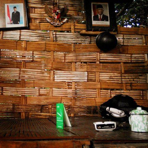 terima kasih Warkopmbahcokro Indonesiamasihada yang telah mengijinkanku menginap semalam sehari di Bilik Gardu Sederhana yang penuh Cerita dan Kebahagiaan dalam Kebersamaan 😊 hanya di Surabaya INDONESIA Lenovotography Photooftheday Photophone  Lzybstrd Ruangtenang