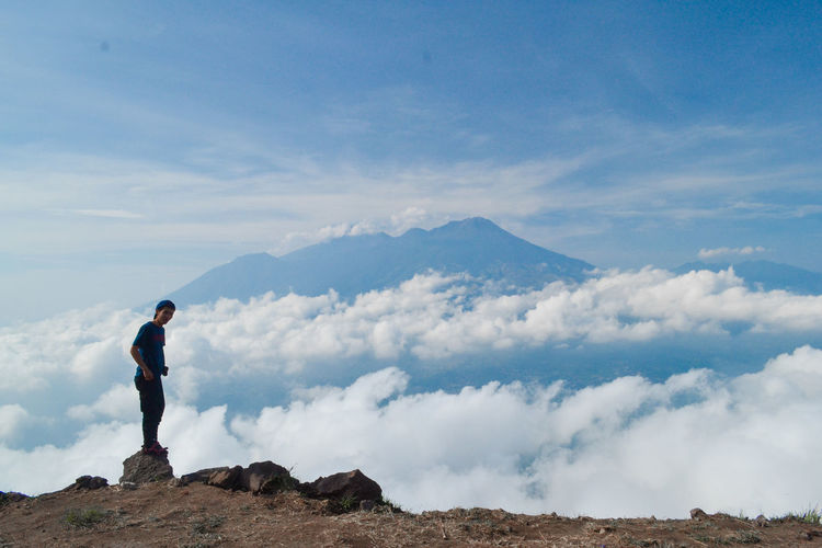 One Person Cloud - Sky Standing Sky Mountain Beauty In Nature Real People Scenics - Nature Lifestyles Men Full Length Leisure Activity Day Nature Rock Tranquil Scene Non-urban Scene Rock - Object Side View Outdoors Looking At View