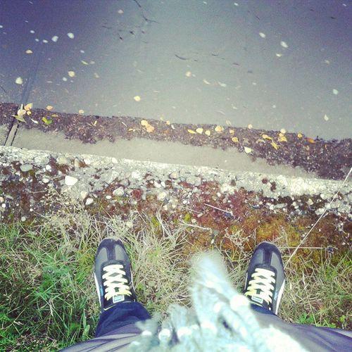 ноги кроссовки рекаДублёр вода листьяосеньпогода