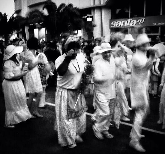 Los indianos en el carnaval de Arrecife. Me he prometido asistir algún día al carnaval de los indianos en La Palma, algo muy grande que sólo he visto en fotos. Streetphotography Streetphoto_bw Shootercarnival2013