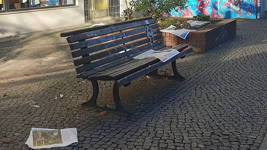 Zerlesen Leaf Fall Newspaper Read Outdoors Day Seat Bench Light And Shadow Real Life Urban Urban Photography Street Street Photography City Communication Text EyeEm Best Shots EyeEm Gallery EyeEm Team Eyeem Photography