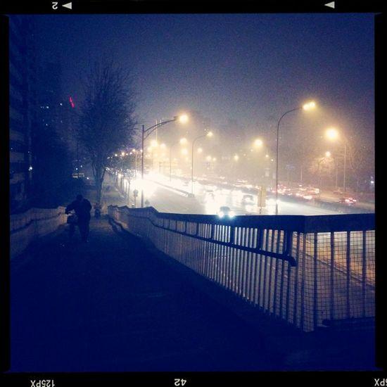 雾蒙蒙的夜北京。