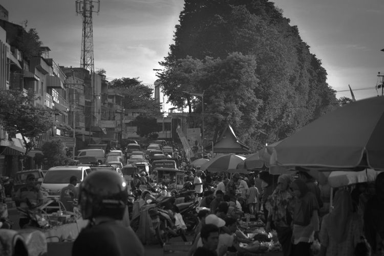 Urban City Life City Street Marketstreet Marketday Streetphoto_bw Streetphotography Street Human Interest Human Activity Black & White Blackandwhite Photography Indonesia_allshots