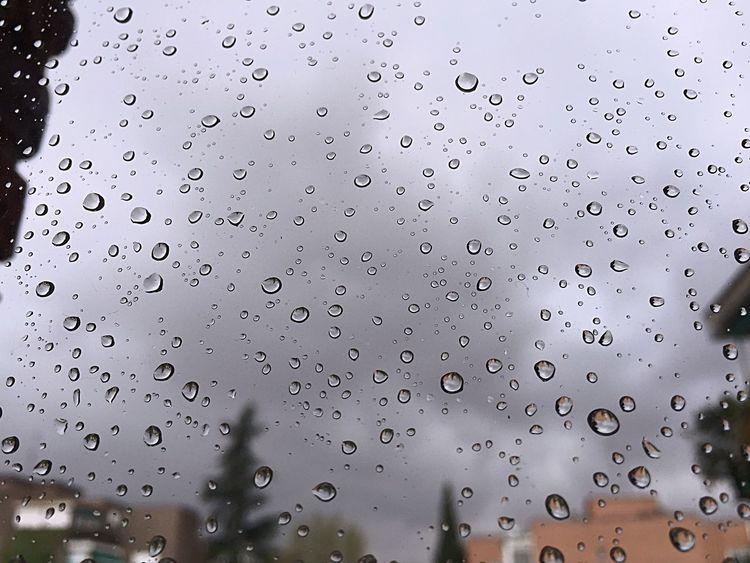 Cuando las gotas de lluvia sobre mi cristal parecen un montón de pequeños ojitos. Madrid. iPhone.