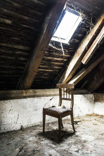 Ein Stuhl unter