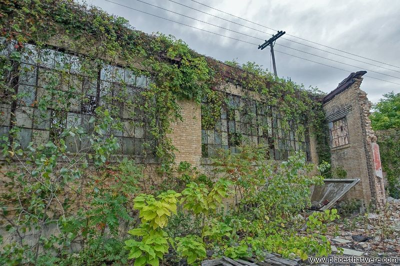 Overgrown ruins. More here: http://www.placesthatwere.com/2017/05/industrial-ruins-of-south-bend-indiana.html Ivy Green Color Growth Plant Outdoors Brick Walls Creepy Industrial Decay Abandoned Building South Bend Indiana Urbex Rust Belt Urban Decay Abandoned & Derelict Ruins Decay Urban Exploration Abandoned Buildings Eerie Beautiful Industrial Ruins Forgotten Place Creepy Places Ivy Covered Abandoned