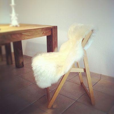Richtige Stühle fehlen noch - aber ein Schafsfell pimpt auch einen ordinären Klappstuhl.