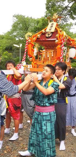 昨晩は地元のお祭りでした。主人も息子たちも汗びっょりで大きな声を出して、お神輿を担ぎ、頑張りました。女の私からすると、うらやましいくらいの夜でした。こうやって続いて行くのだと思います。楽しい夜をありがとう! 富士市岩渕 Fujicity お祭り 夏祭り 富士市 岩渕祇園祭 Japanese Festival お神輿 浴衣 よく頑張りました!! 頼もしくなったね 母の喜び Friendship Tree Smiling Happiness Enjoyment Fun