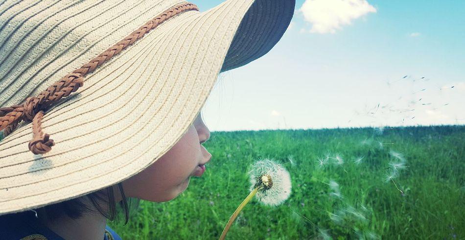 make a wish and blow🍀 Photography Hello World Time Foto Natur Dorfkind Happy Enjoying Nature Spazieren Und Fotografieren Enjoying Life Pusteblume Kid Kids Pusten Wünsche Wish
