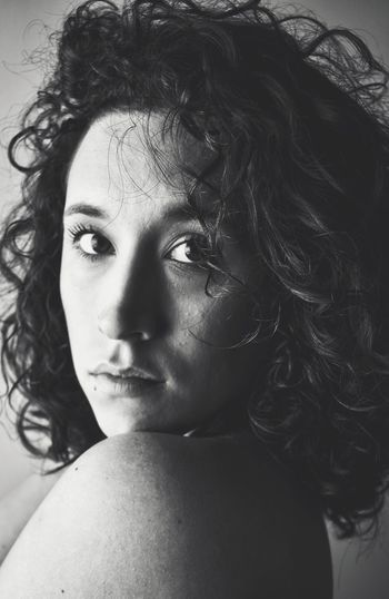 Look at me! Portrait Portrait Of A Woman Real People Close-up Looking At Camera Curly Hair Fragility Lookatme Miradas Memories Photoproject Blackandwhite Photography Black And White Portrait Myproject The Portraitist - 2017 EyeEm Awards