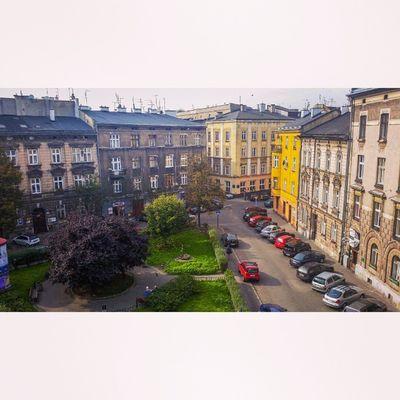 centrum miasta, punkt dwunasta, wczesnojesienne promienie słońca odbijają się o asfalt Krk  Kazimierz Studia Co ja tu robię