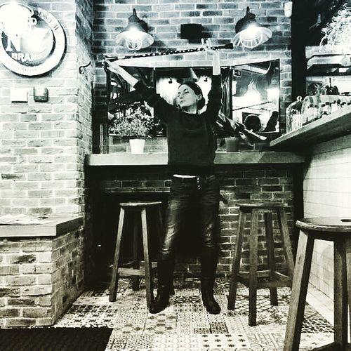 Плохо видно, но в руках у меня красивенная трость Насти @skovsky 😄😄🙈 Trueburgerbar Trueburger кирпичнаястена Brickwall трость Walkingcane Mirror зеркало Kievpics Kievfood Kyivfood Kyivpics