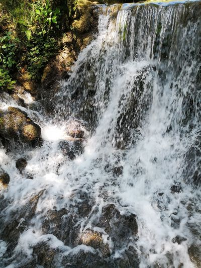 Foto Celular Water Spraying Motion Splashing Close-up Flowing Water Wave Stream - Flowing Water Power In Nature