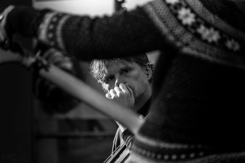 Synje Norland live im Oktober 2016 - mehr Bilder: http://smalltown-snapshots.de/de/blog/synje-norland-dortmunder-pauluskirche/ Close-up LiveMusic Michael Becker Music One Man Only One Person Pauluskirche Dortmund Singer Songwriter Soundcheck Synje Norland Tuning Guitars