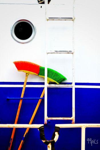 """La hermosa historia de amor y la cotilla cantando la canción """"si yo tuviera una escoba, si yo tuviera una escoba, ayy....ayyy....ayyyy"""" Te Vienes A Mi Mundo?  Siempre Nos Quedará El Liroy Historias De Amor Sensuality Photo No People Multi Colored Cleaning Hygiene Blue"""
