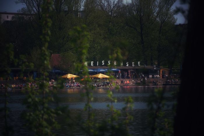 Sehr beliebtes Ausflugsziel in Berlin Lake View Lake Water Tree Plant Built Structure Architecture Building Exterior Nature Reflection Waterfront Transportation Illuminated No People Outdoors