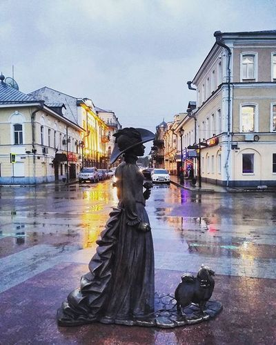 Мы с дамой наслаждаемся дождем. Astrakhan YouAst Astrakhan_people 30astra Астрахань Никольская дама_с_собачкой