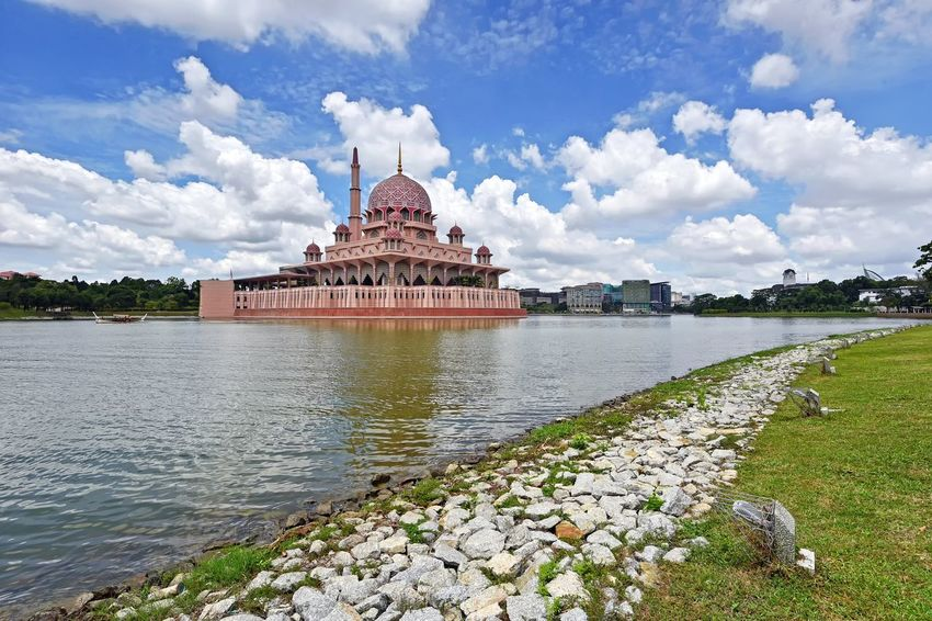 Putra mosque in Putrajaya Malaysia Mosque Masjid Built Structure Building Exterior Cityscape Blue Sky Lake View View Travel Destinations Travel Outdoor Nature Landscape Beauty Sky And Clouds Skyline Beautiful EyeEm Gallery EyeEm Selects Getty Images EyeEm Best Shots City Politics And Government Royalty Cityscape History Place Of Worship Dome Palace Sky Architecture
