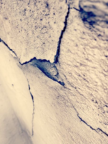 Another brick in the wall Risse Kaputt Vergangen Cracks Cracks And Shadows Cracks In The Wall Cracks In My Wall Nahaufnahme Macro Photography