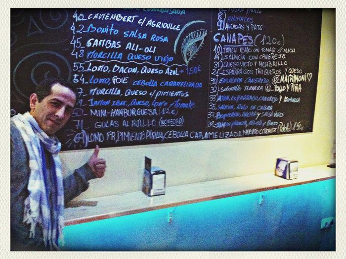 Noche de tapas en Los canapés, el burladero, rebujito y el Rocío de la calle san Francisco. Cuanto lo echaba de menos las noches así en Alicante Tapas Food Good Atmosphere Taking Photos y con la tapa estrella, 69 o el Pablo