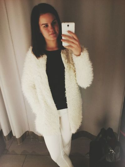 I have always wanted to try a fur coat...looks so lovely :3 Shopping ♡ Shopping Fever Enjoying Life Brunette That's Me Furcoat Bigcitylife Beautiful Girl Sexygirl Today's Hot Look