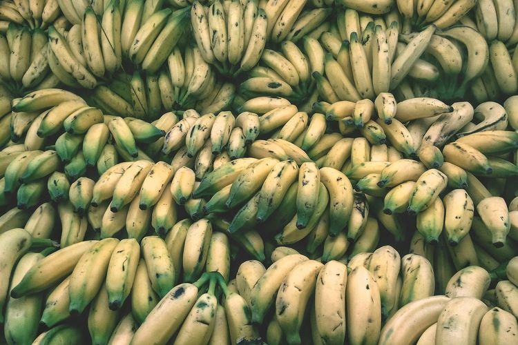 Uma bancada cheia de bananas