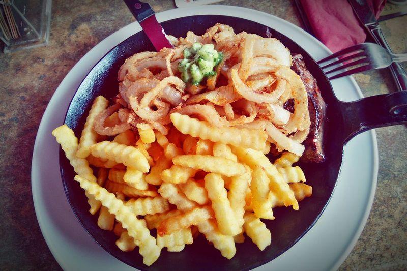 Wenn man mit den Eltern lecker essen geht 😍 Eating Steak Meat Fries Foodporn Foodphotography So Tasty Onion Rings