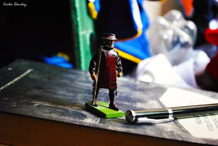 Vigilando. Juguete Toy Objeto Nikon D3000