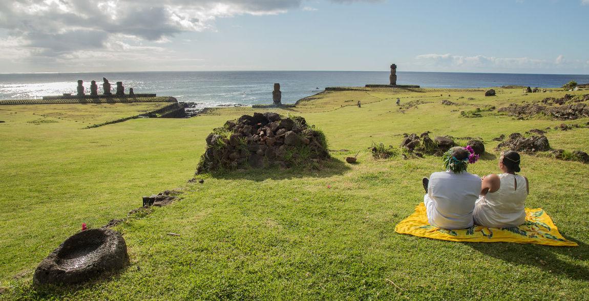 A simboloc wedding in Tahai Easter Island WeddingPlanner Wedsingplannerineasterisland Isla De Paacua Rapa Nui Easter Island Brideandgroom Bride Wedding EyeEm Selects Sea Beach Men Grass Day Outdoors Nature
