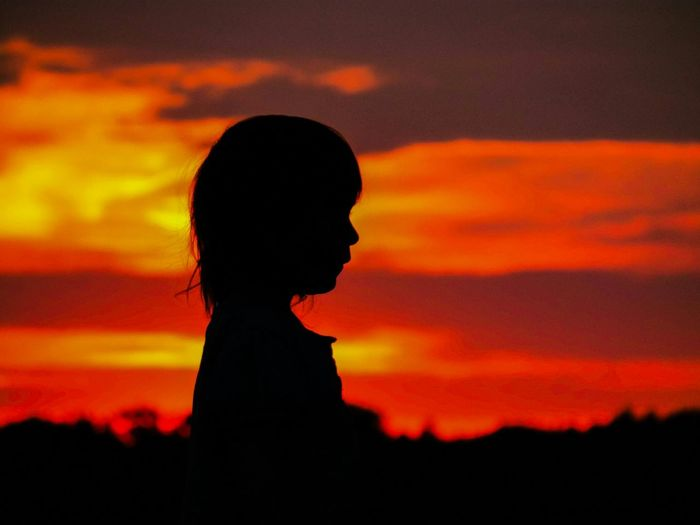 Kid Silhouette Light And Shadow Burning Sky Magic Sky Silouette & Sky Sunset Silhouettes Sunset Capture The Moment Picturing Individuality Girl Power Original Experiences Feel The Journey