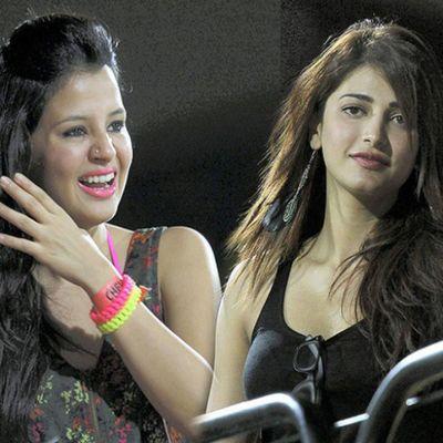 SakshiDhoni & ShurtiHaasan watching match Chennaisuperkings . Ipl