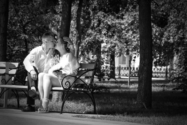 Bench Day Full Length Happiness Lifestyles Men Outdoors Park - Man Made Space People Real People Sitting Togetherness Tree Two People Women