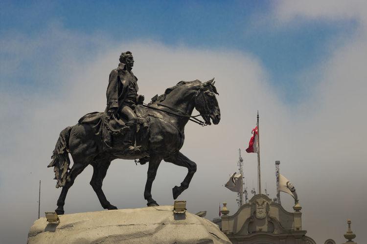 estatua de San Martín con bandera de Perú de fondo San Martin Peru Bandera Plaza Perspective Flag EyeEm Selects History Statue Sculpture Travel Destinations Sky Architecture Day City No People Outdoors