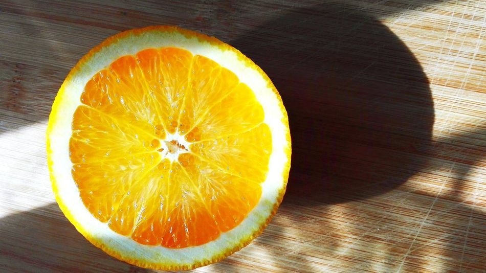 Healthy Eating Citrus Fruit Fruit SLICE Freshness Food Directly Above Food And Drink Close-up Halved No People Table Vitamin GMO Drink Orangejuice Foodblog Sunlight Essen & Trinken Organic Organic Food Foodie Cooking Refreshment Orange - Fruit