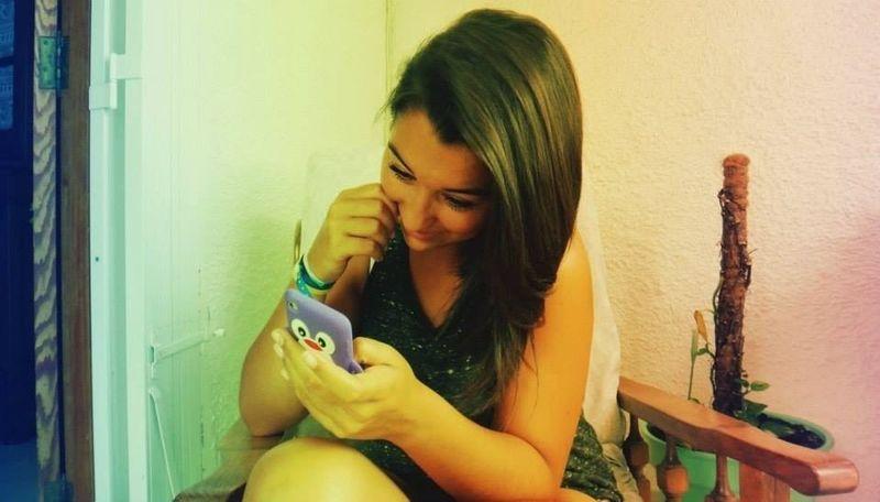 sourire bêtement quand on reçois un message de la personne qu'on aime.