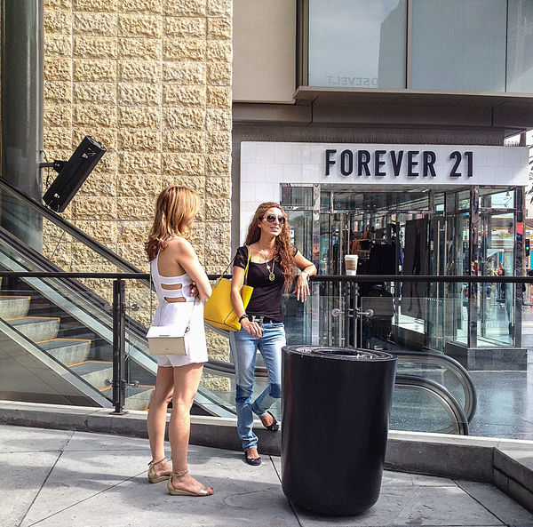 City Life Enjoyment Handbags Jeans Leisure Activity Lifestyles Real People Sandals Standing Streetfashion Streetphotography Women
