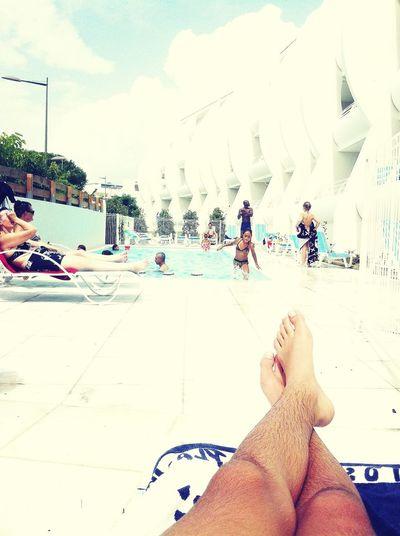 posey au bord de la piscine !