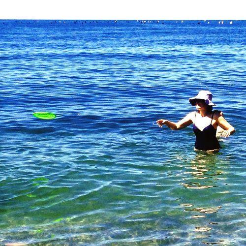 Donna con frisbee
