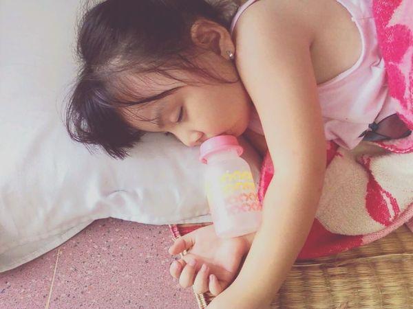 Eyes Closed  Lying Down Child Sleep Sleepy Sleeping Bottle Little Girl EyeEmNewHere Toddler  Toddler Girl Cute Adorable Tired Innocence Innocence Of Youth